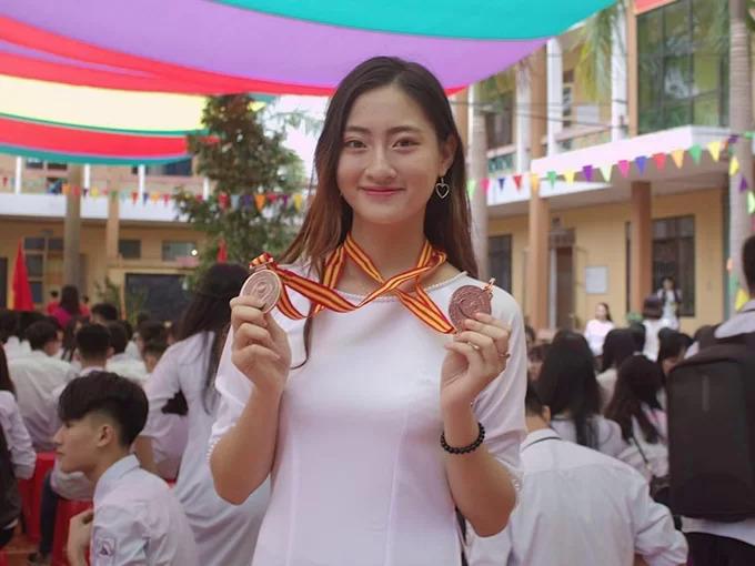 Hoa hậu Lương Thùy Linh thực hiện thử thách dẫn bản tin thời sự tiếng Anh
