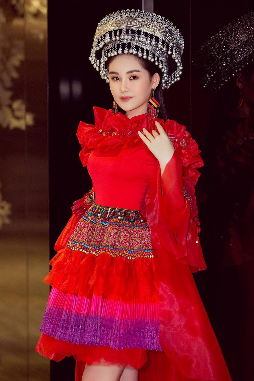 Dàn sao đọ sắc trong trang phục thổ cẩm