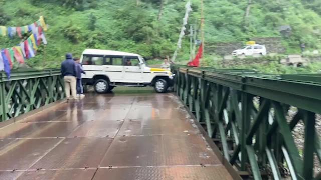 Bị trượt bánh do đường trơn, ô tô kẹt ngang trên cầu thép