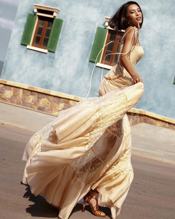 Hoa hậu Tiểu Vy khoe vóc dáng gợi cảm dưới nắng hè