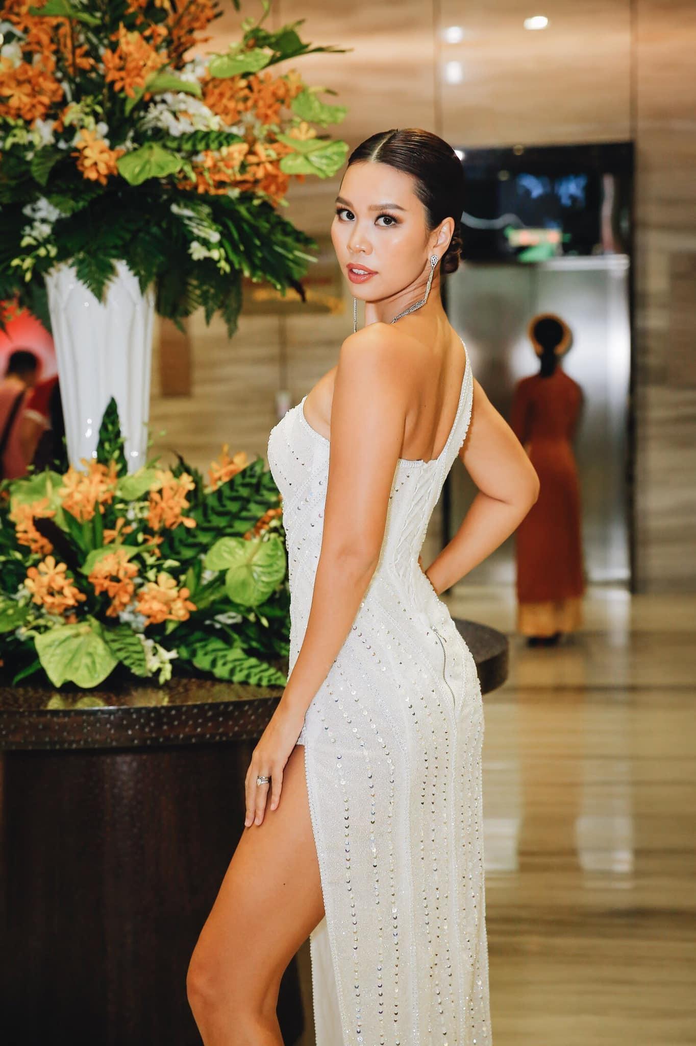 Vóc dáng quyến rũ tuổi U40 của siêu mẫu Hà Anh