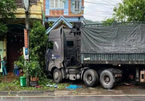Xe container húc xe bồn, xe tải rồi lao vào nhà dân tông chết người