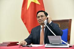 Thủ tướng Phạm Minh Chính điện đàm với Thủ tướng Lý Hiển Long