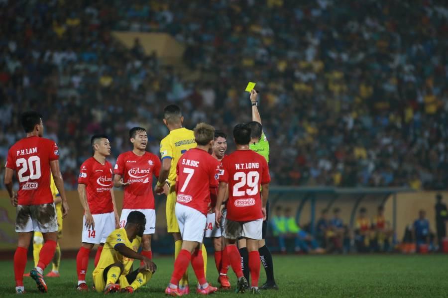 'Bí ẩn' đằng sau chiếc thẻ đỏ của Lee Nguyễn