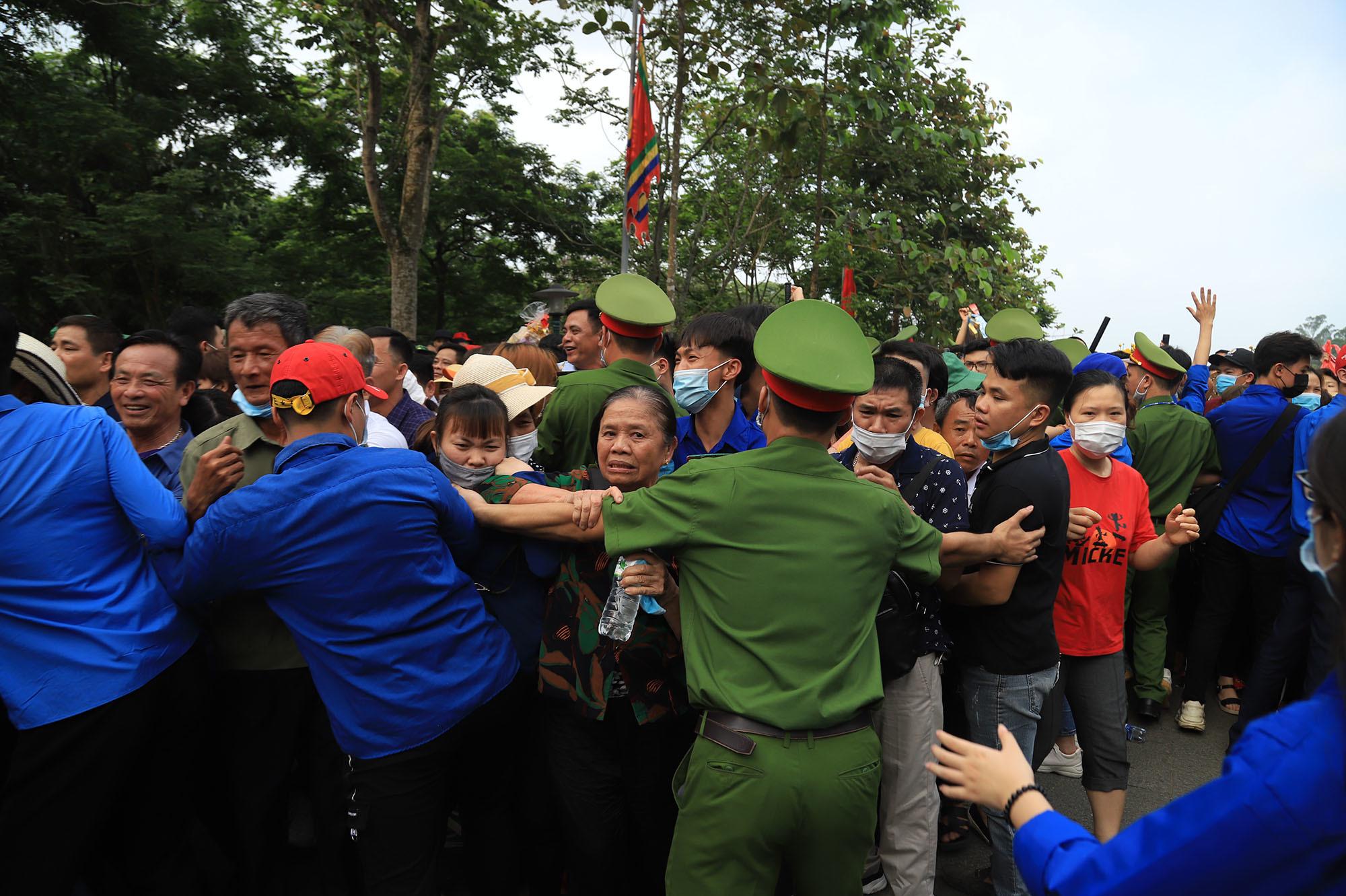 Vạn người chen nhau đội nắng ở lễ hội Đền Hùng