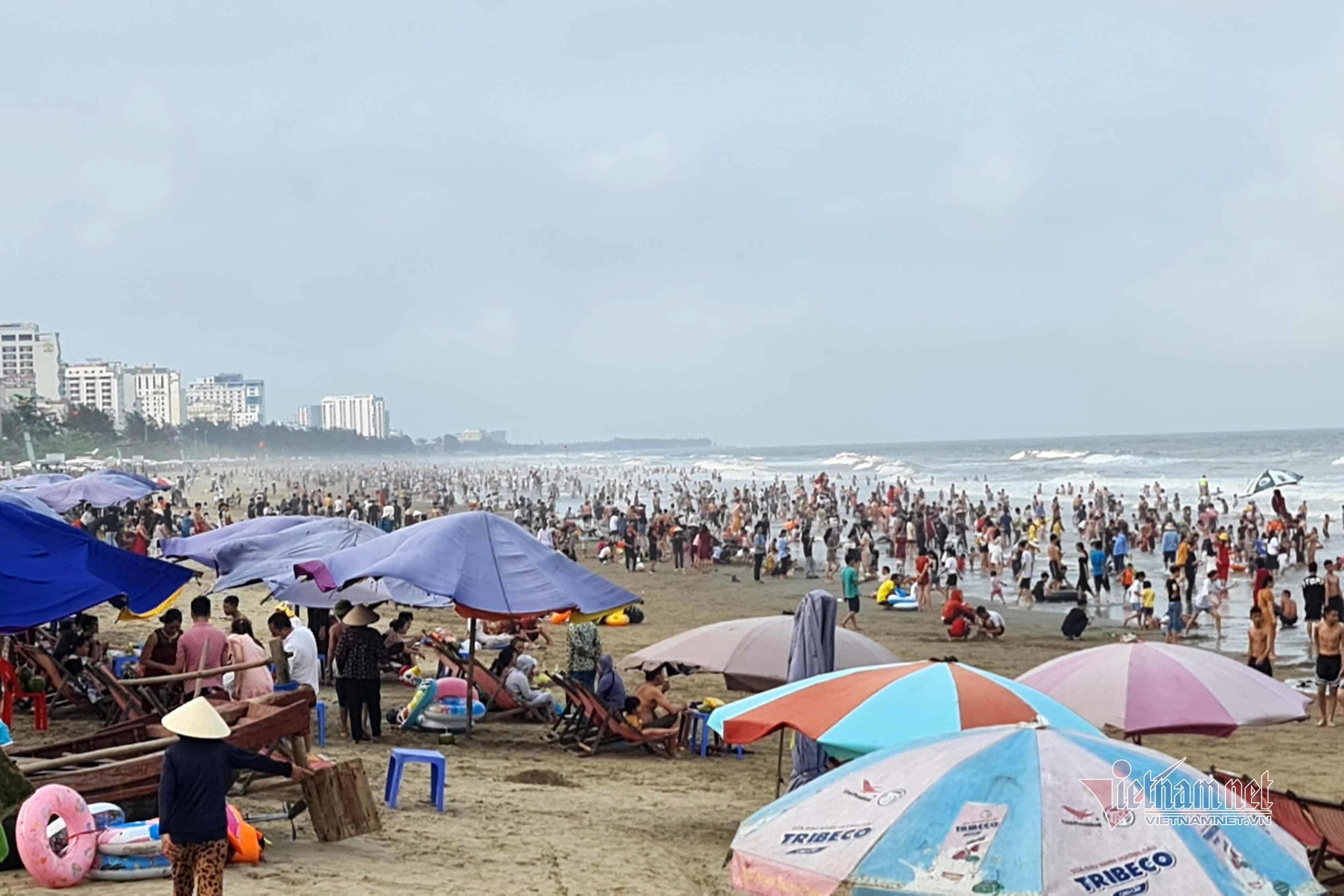 Bãi biển miền Trung ken đặc người ngày giỗ Tổ