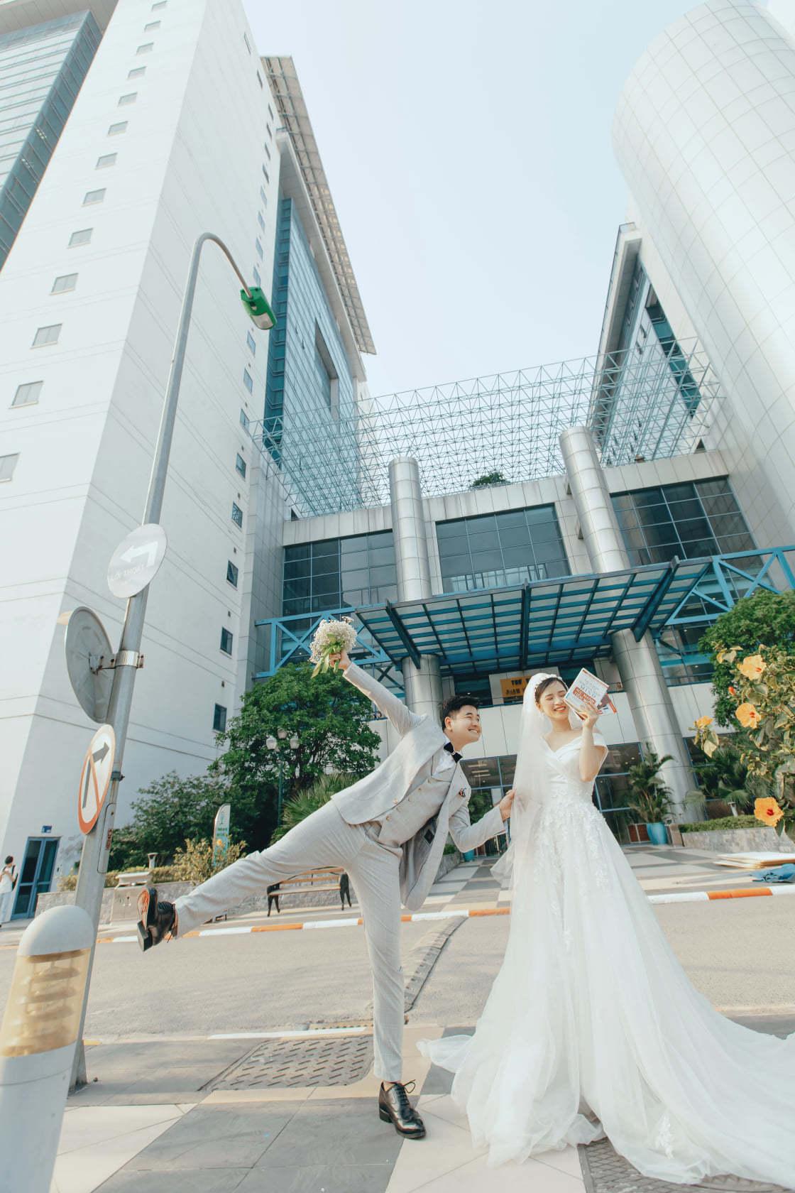 Trường đại học vào ảnh cưới đẹp lung linh của cựu sinh viên