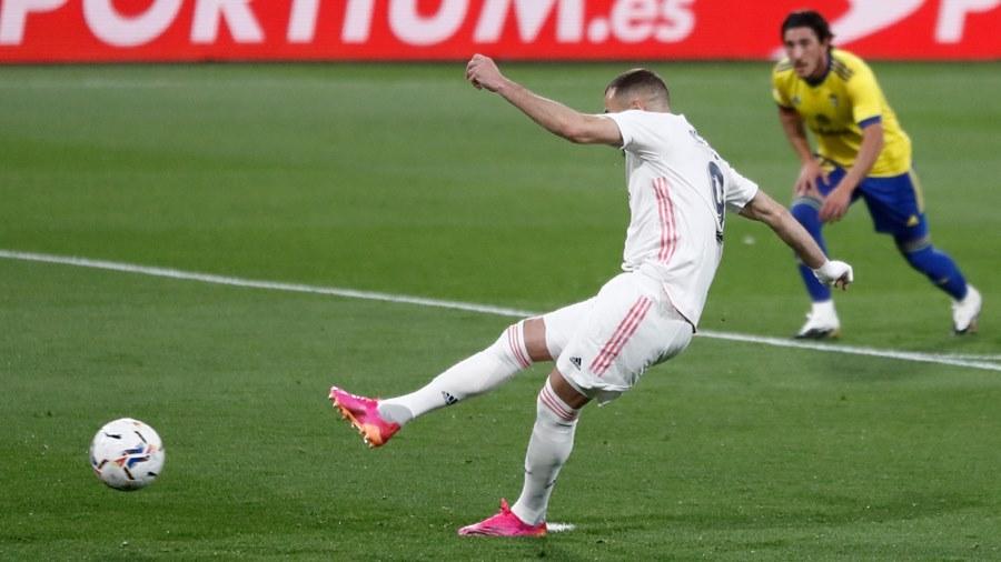 Benzema chói sáng, Real Madrid lên đỉnh bảng
