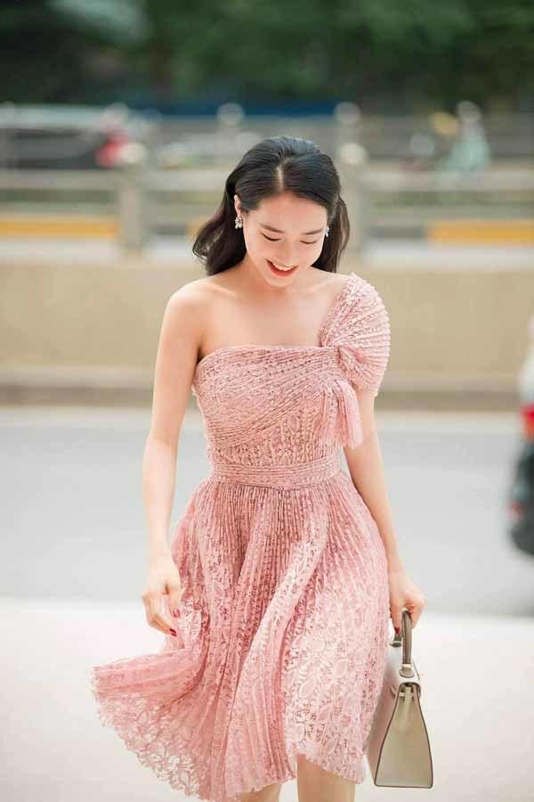 Nhã Phương mặc loè loẹt trong phim, gợi cảm ngoài đời