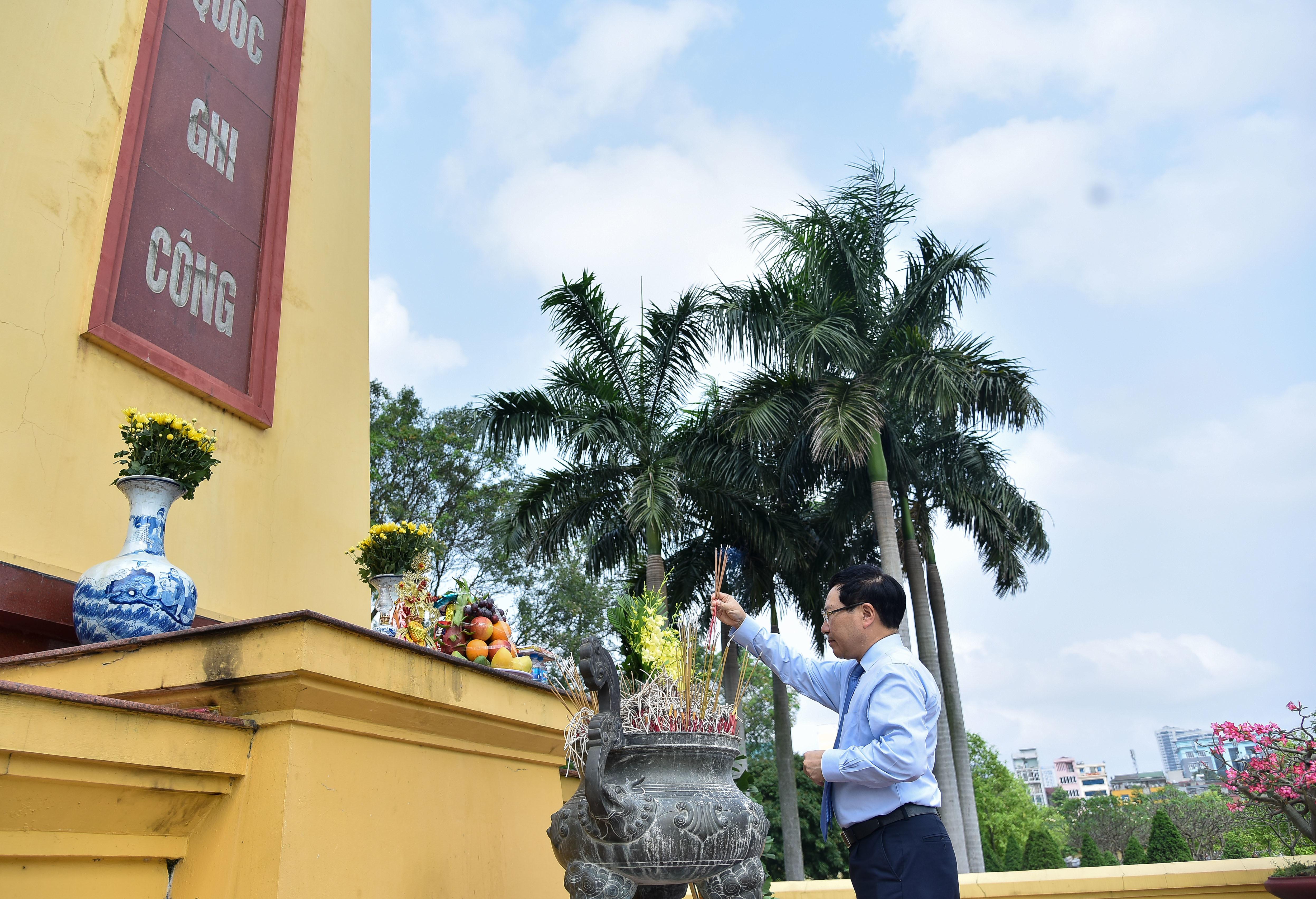 Dâng hương tưởng niệm cố Phó Thủ tướng, Bộ trưởng Nguyễn Cơ Thạch