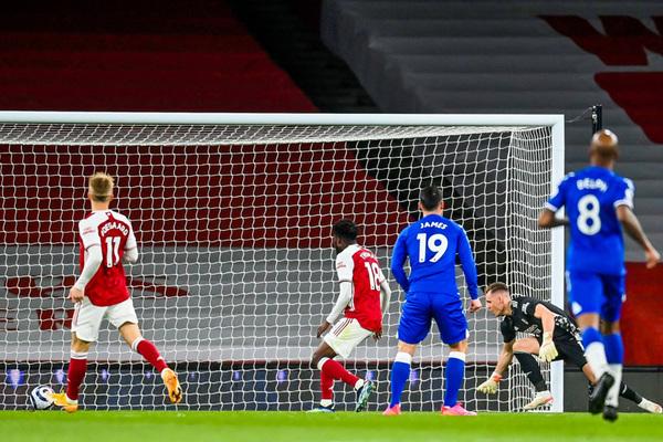 Bernd Leno mắc sai lầm, Arsenal thua muối mặt Everton