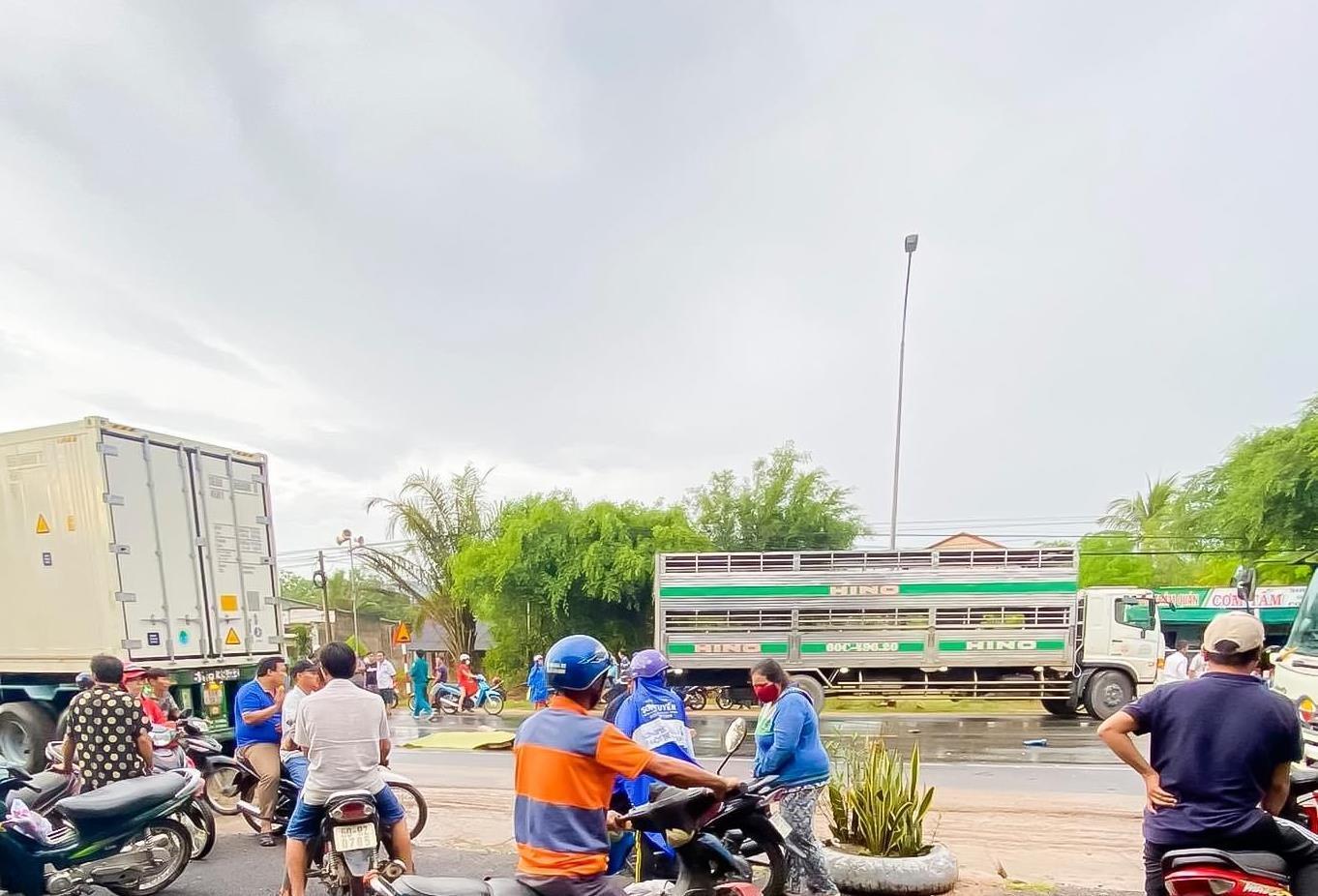 Clip xe tải vượt ẩu tông chết 3 người trên quốc lộ 1 ở Đồng Nai