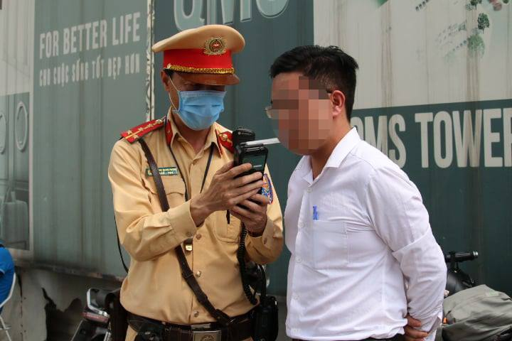 """CSGT chặn bắt """"ma men"""" đi ăn cưới phóng xe trên đường Hà Nội"""
