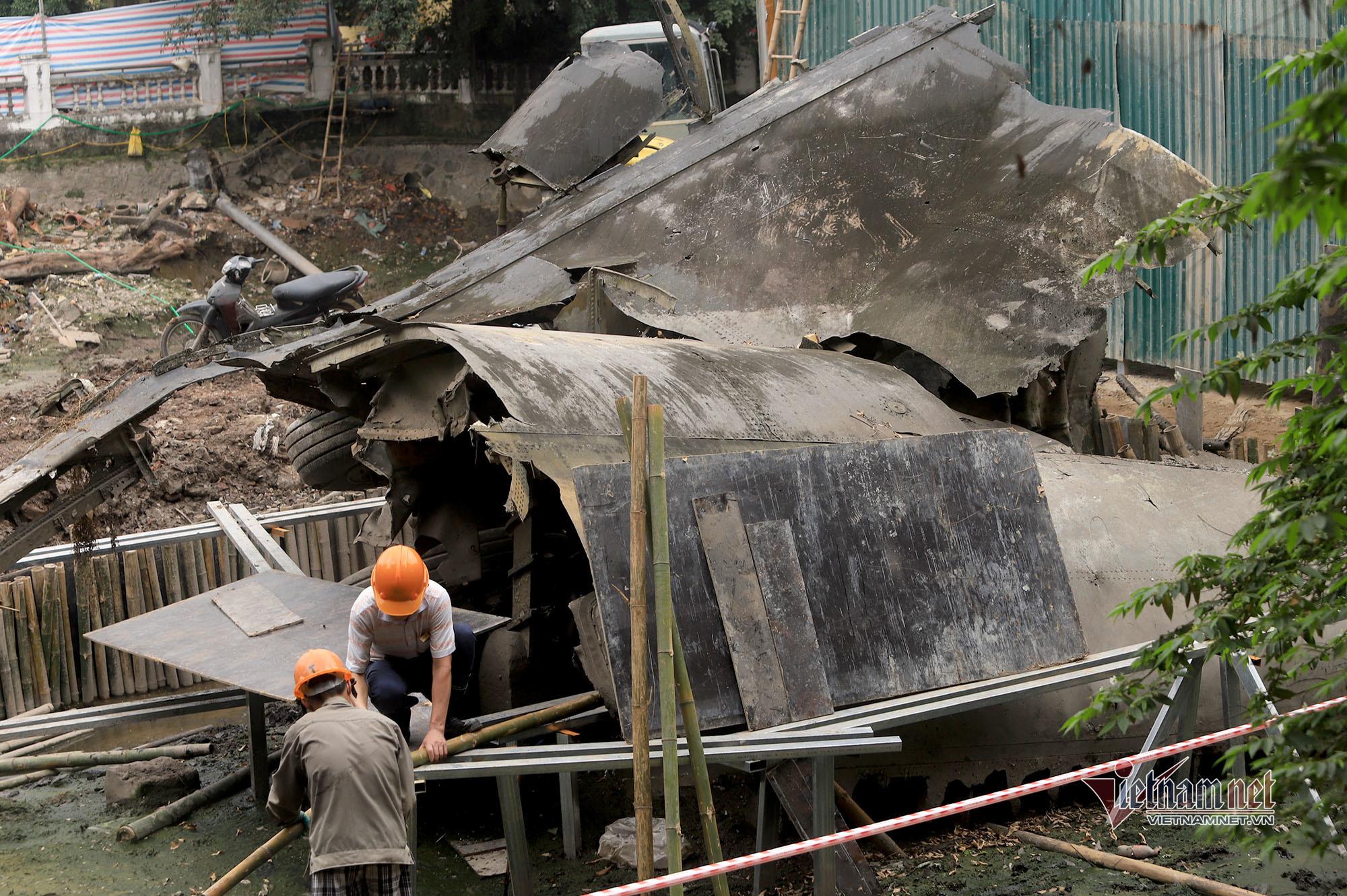 Pháo đài bay B52 lộ rõ chi tiết sau 50 năm 'an nghỉ' dưới hồ Hà Nội