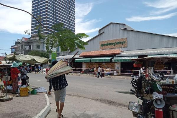 Chợ thực phẩm tại thủ đô Campuchia vắng lặng vì Covid-19