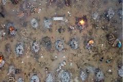 """Thế giới 7 ngày: Covid-19 """"nóng rực"""" ở Ấn Độ, tàu ngầm Indonesia mất tích"""