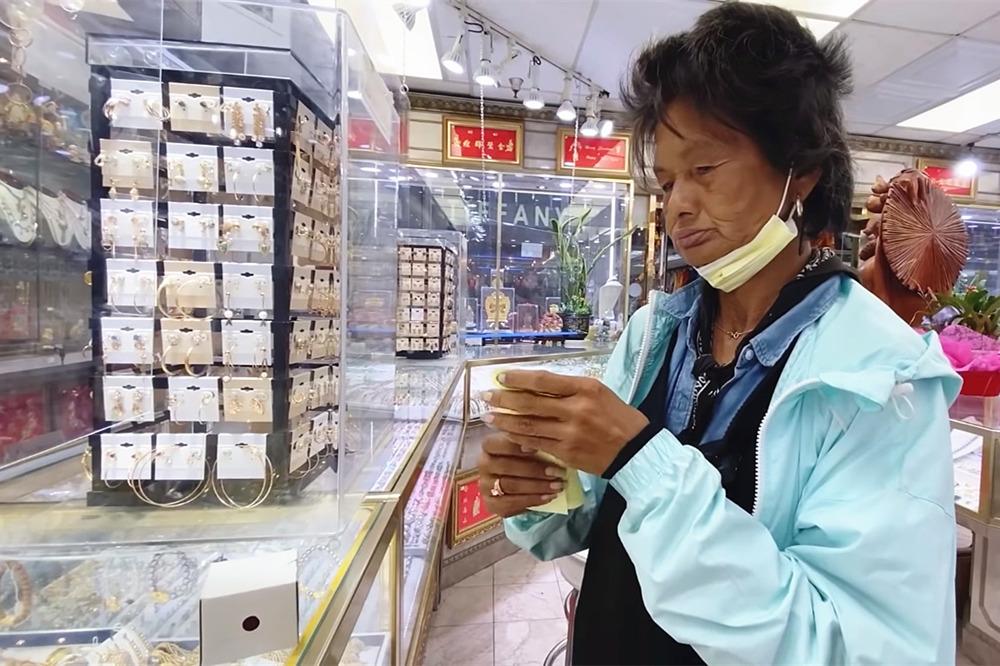 Danh hài Thúy Nga dẫn Kim Ngân đi mua vàng, thu ca khúc mới