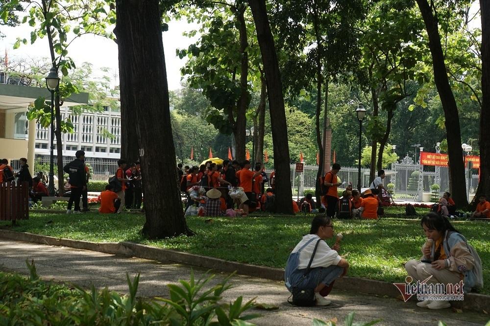 Nhiều người ở TP.HCM lơ là đeo khẩu trang phòng dịch nơi công cộng
