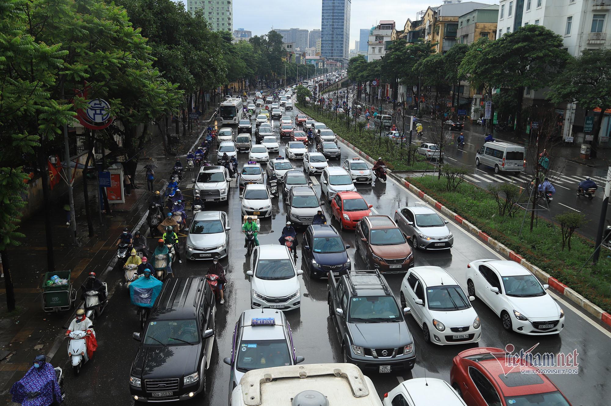 Đường Hà Nội tắc nghẹt trong mưa gió