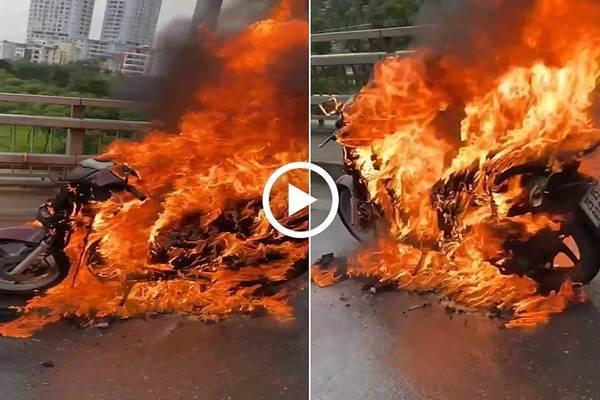 Xe máy SH bốc cháy ngùn ngụt trên cầu Nhật Tân