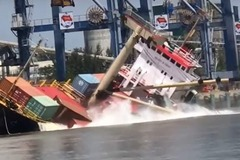 Tàu nước ngoài gặp nạn ở Tân cảng Hiệp Phước, cả loạt container rớt xuống sông