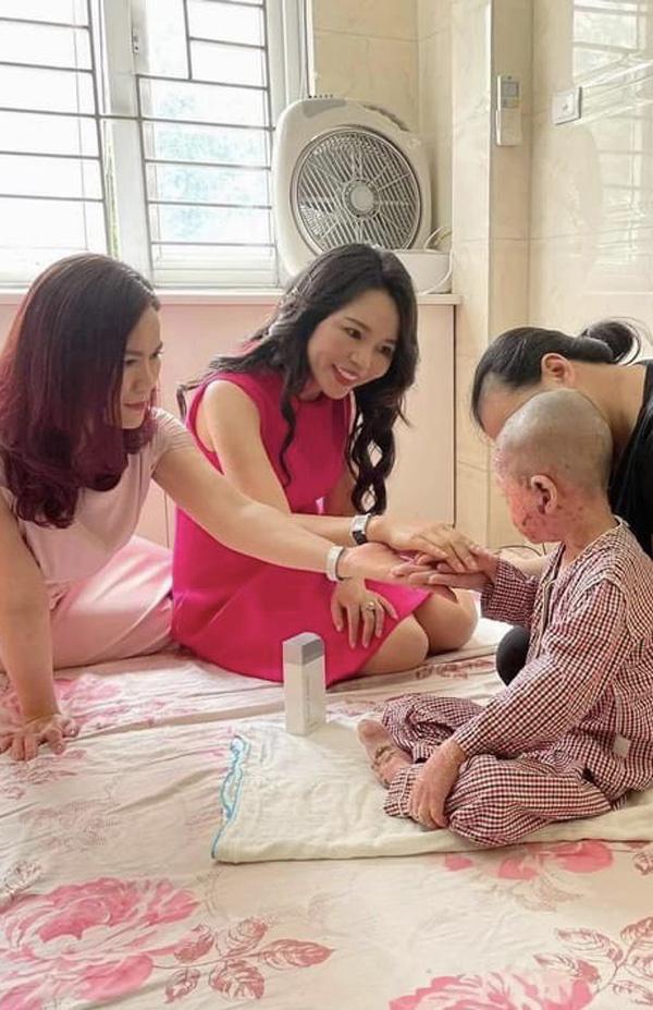 Người phụ nữ ủng hộ hơn 800 triệu đồng cho trẻ mắc bệnh hiếm về da
