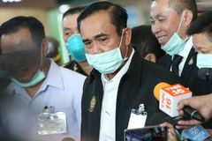 Không đeo khẩu trang lúc họp, Thủ tướng Thái Lan bị phạt tiền