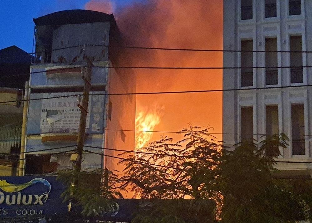 TP.HCM: Cháy nhà mặt tiền đường Lý Thường Kiệt, ùn tắc giao thông nghiêm trọng
