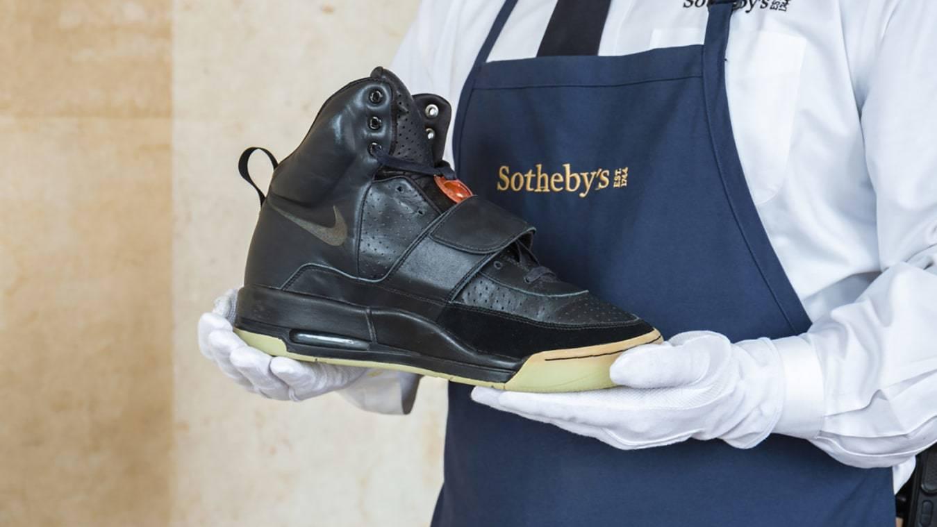 Giày thể thao của Kanye West được bán với giá 43 tỷ