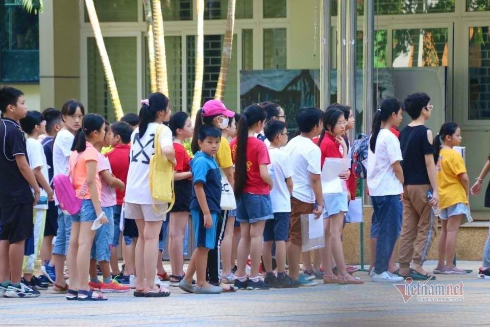 Hanoi stops enrollment in dual-degree program, students and parents displeased