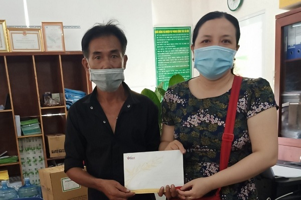 Trao gần 60 triệu đồng cho em Lâm Văn Tài