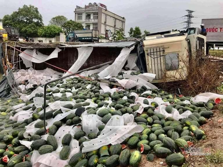 Xe chở 30 tấn dưa hấu lật, người dân gom bán giúp tài xế