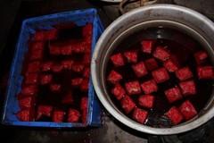 Kinh hoàng cảnh sản xuất tiết vịt bẩn cho nhà hàng ở Trung Quốc