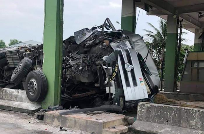 Tông vào trạm thu phí bỏ hoang ở Hà Tĩnh, xe tải nát bét phần đầu