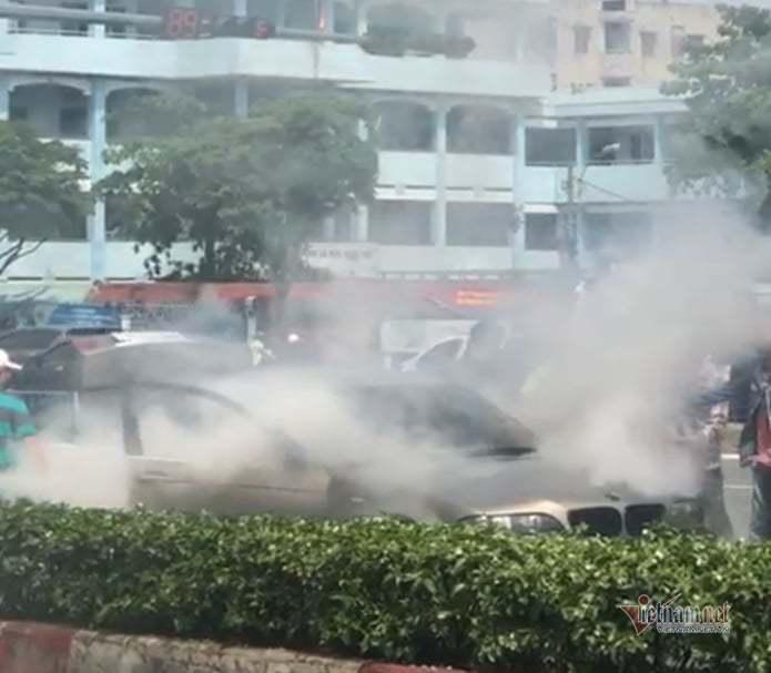 Xe BMW cháy nghi ngút trên đại lộ Phạm Văn Đồng