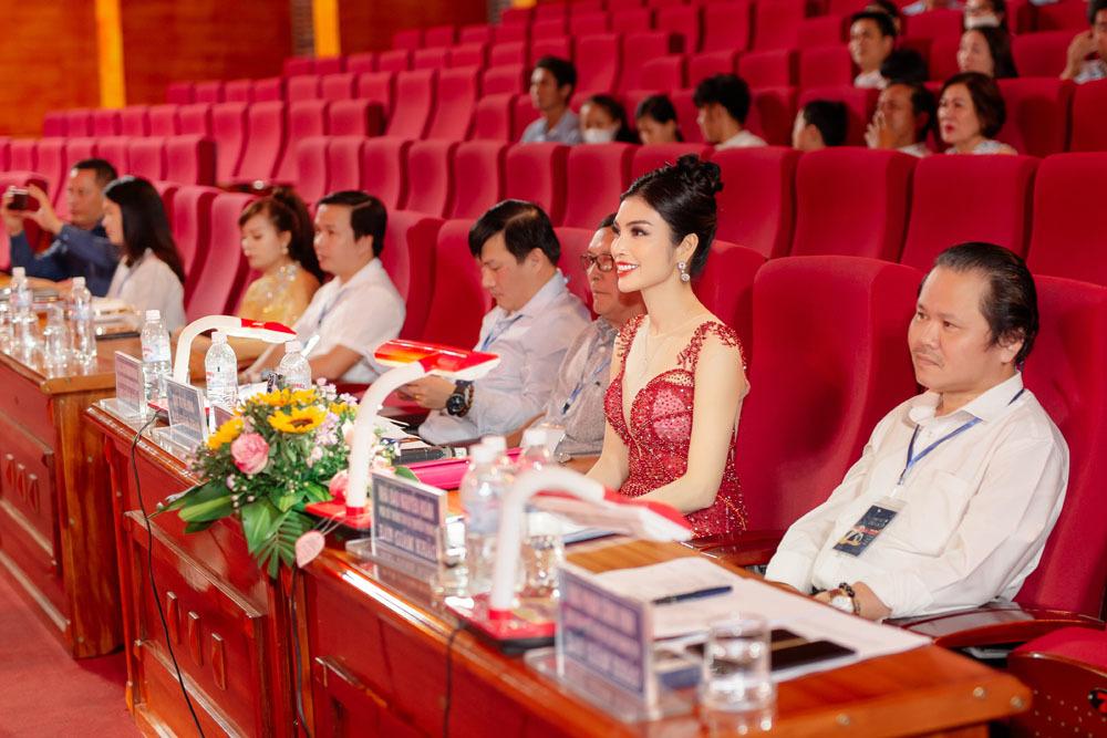 Kim Huyền Sâm dạy catwalk cho thí sinh