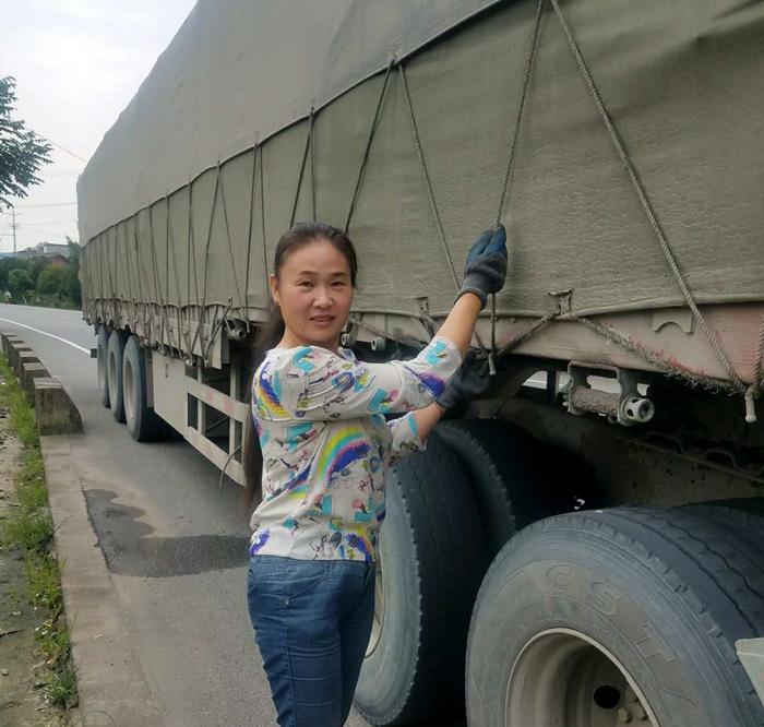 Người phụ nữ 18 năm sống cùng chồng trên xe tải