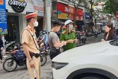 Chở bạn gái lên phố Hà Nội, thanh niên xăm trổ để ô tô giữa đường