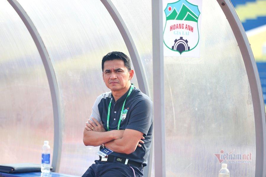 V-League 2021: Dừng hay đá, cần được quyết sớm
