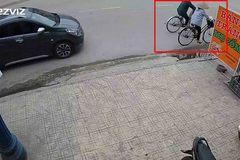 Ô tô con phóng nhanh tông văng cụ bà đi xe đạp