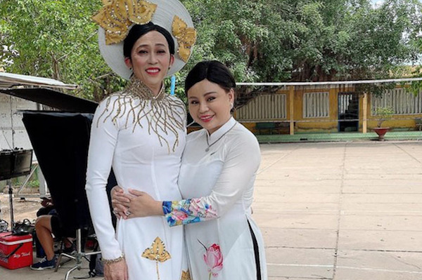 Hoài Linh giả gái dịu dàng bên Lê Giang