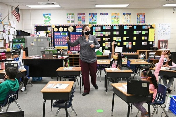 Từ nhân viên tạp vụ trở thành giáo viên trường tiểu học Mỹ