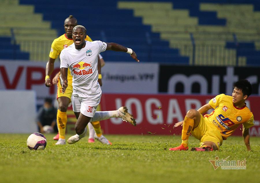 Công Phượng mất oan bàn thắng, biểu cảm lạ khi đá penalty