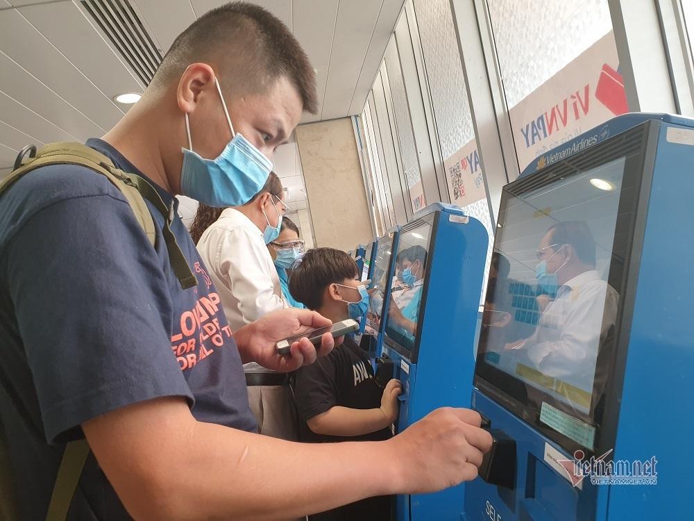 Cao điểm nghỉ lễ 30/4, sân bay Tân Sơn Nhất lại bắt đầu ùn tắc