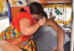 Xúc động cảnh người vợ Ấn Độ cố cứu chồng mắc Covid-19 khỏi tay 'tử thần'
