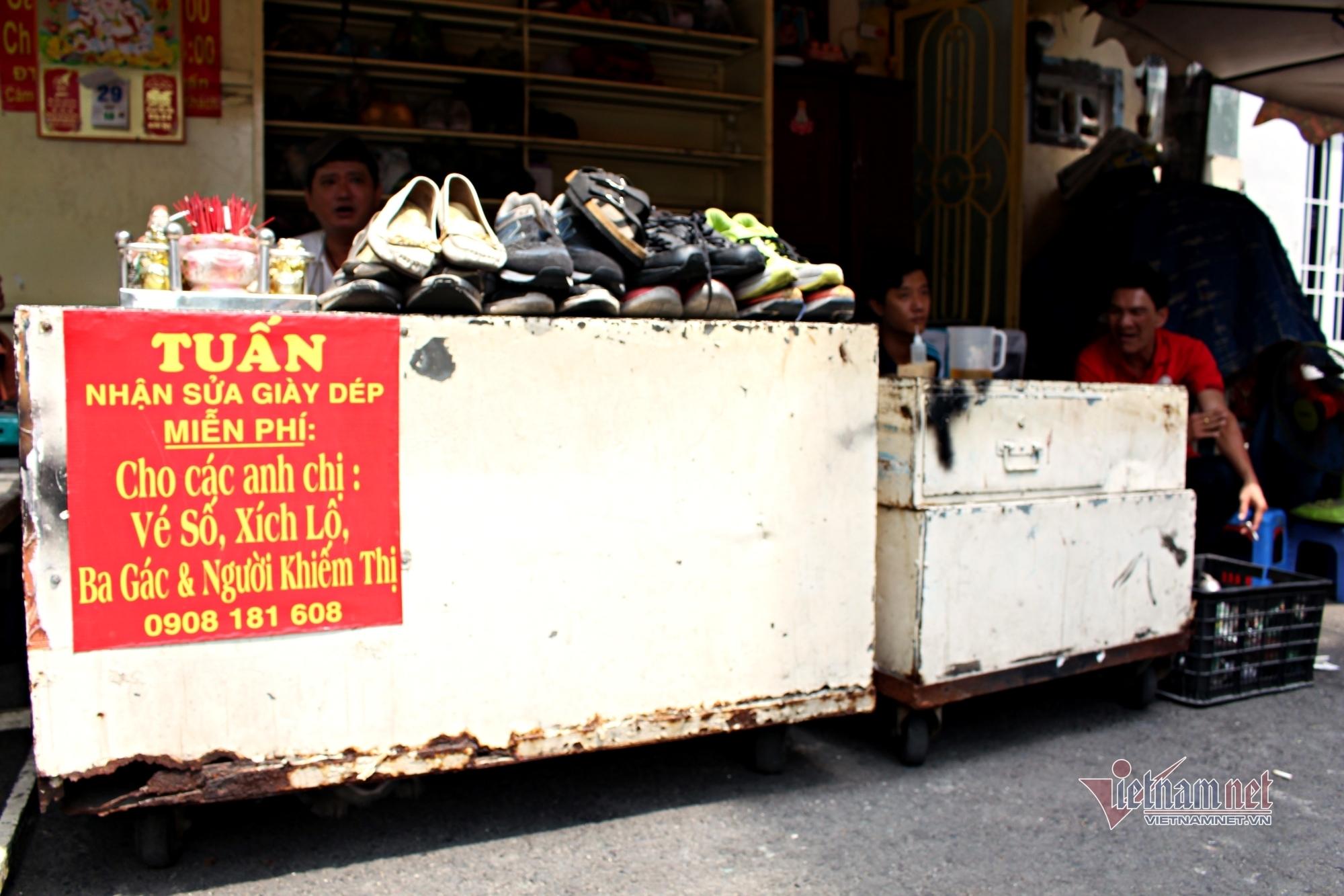 20 năm ngồi vỉa hè sửa chữa, tặng giày dép cho người nghèo