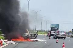 Ô tô 7 chỗ cháy ngùn ngụt trên cao tốc Pháp Vân - Cầu Giẽ