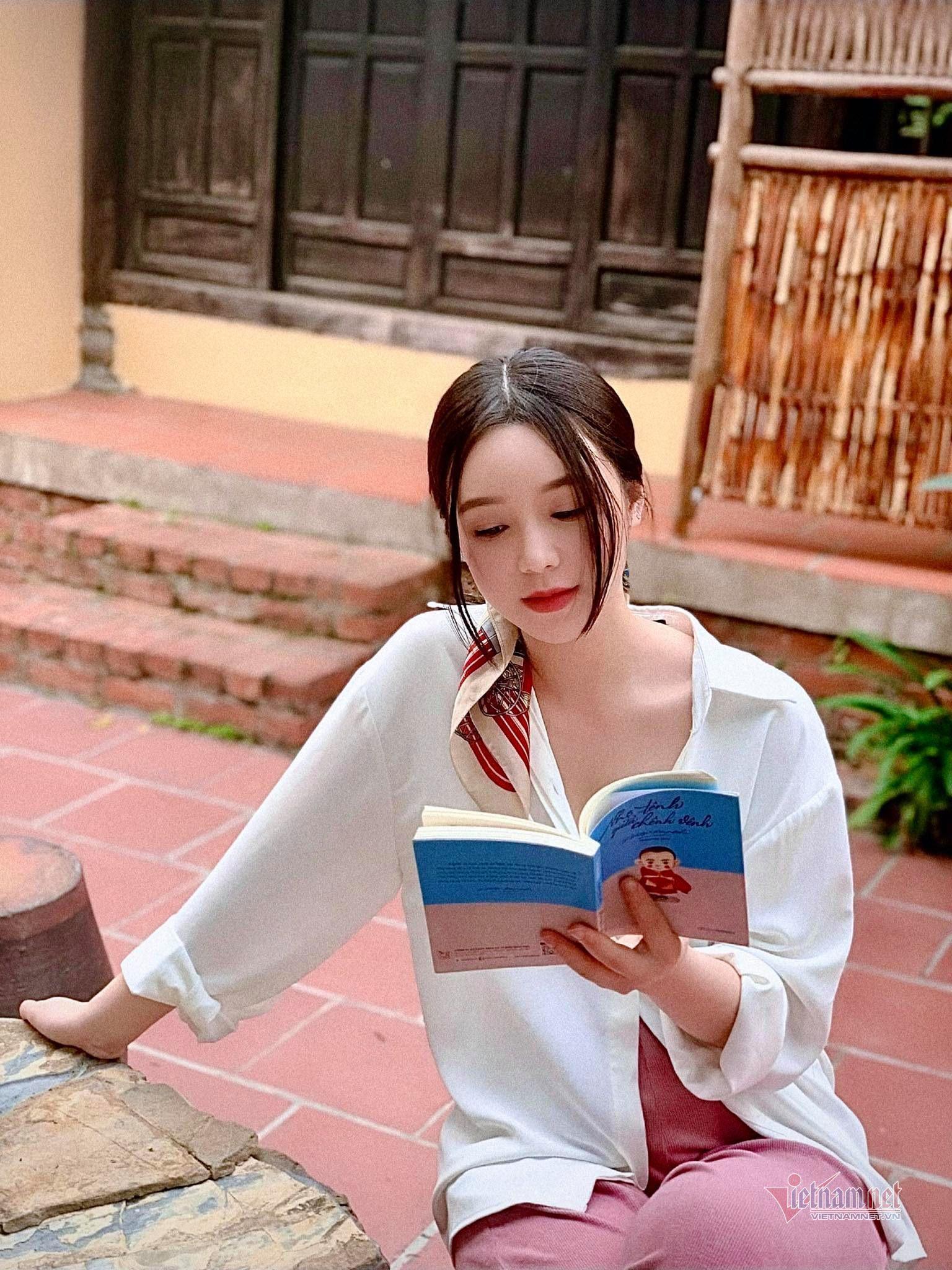 Quỳnh Kool tặng sách ý nghĩa cho Hồng Diễm