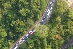 Clip nghìn xe xếp kín đèo ngoằn ngoèo, lái xe mắc võng nằm chờ lên Đà Lạt