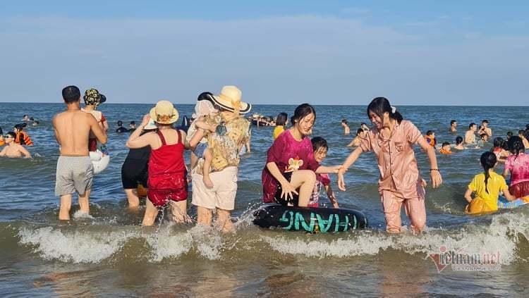 Nghìn người ùn ùn xuống tắm biển Sầm Sơn, Cửa Lò ngày đầu nghỉ lễ